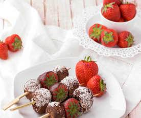Spiedini di tartufini di cioccolato e fragole