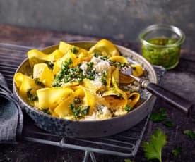 Gelbe Zucchini-Nudeln mit Petersilien-Salsa