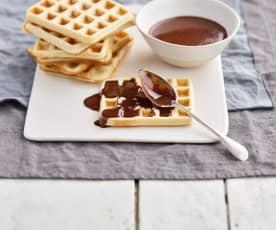 Waffles com molho de chocolate