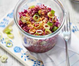 Rotkohl-Salat mit Erdnussdressing