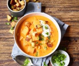 Süßkartoffel-Tomaten-Suppe mit Curry-Croûtons