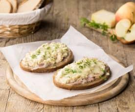 Crostini di pane di segale con mele e Montasio