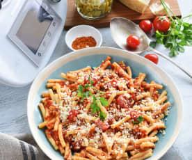 Macaronis aux tomates, olives et piment