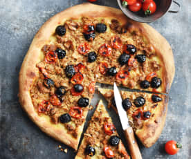 Pizza au thon, aux olives et aux tomates