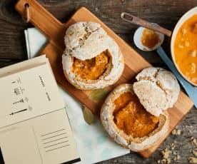 Goulasch dans des bols de pain