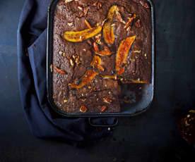Gâteau au chocolat, aux noix et aux bananes caramélisées