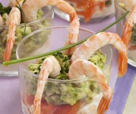 Vasitos de salmón, gambas, aguacate y queso fresco