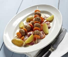 Möhren-Bratwurst-Spieße mit Kartoffeln und Zwiebelsauce