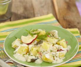 Lehký bramborový salát s jablky a koprem