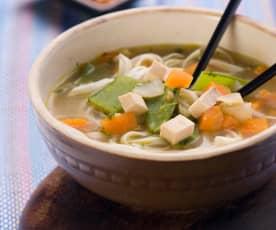 Aziatische groentesoep met tofu