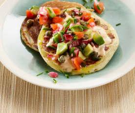 Bliny s rajčatovo-avokádovou salsou a křenovou omáčkou