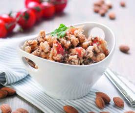 Sałatka z kalafiora, pomidorów, migdałów i oliwek