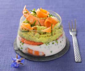 Bicchieri con salmone, gamberetti e avocado