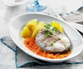 Pesce e patate con salsa al pomodoro