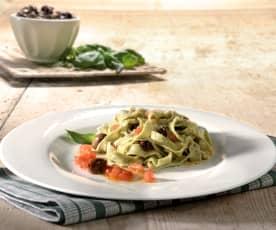 Tagliatelle al basilico al sugo di olive e pomodori