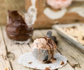 Gelado de avelã com molho de chocolate