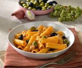 Tortiglioni al pollo e olive nere