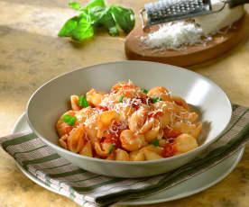Pastaschelpen met verse tomatensaus en geitenkaas