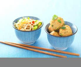 Almôndegas de porco orientais com noodles