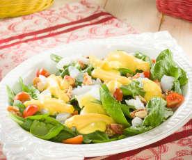 Sałatka z wędzonym pstrągiem i sosem vinegret z mango
