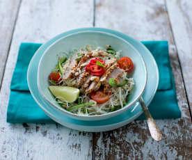 Asijský salát s hovězím masem a nudlemi