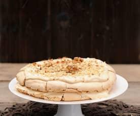 Tort bezowy z orzechami i daktylami