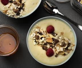 Smoothie bowl de piña, plátano y frambuesas