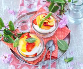 Crème glacée à la vanille, fraises, pêches et basilic