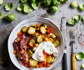Legumes com bacon, abacate e ovo escalfado