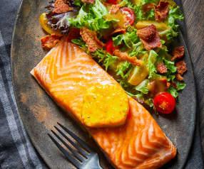 Salmón al horno con ensalda de tocino y vinagreta de balsámico