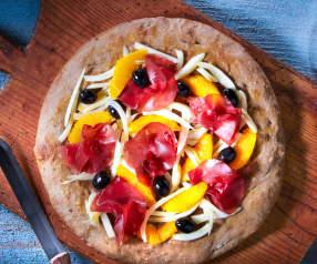 Pizza Gourmet con bresaola finocchi, arance e olive nere