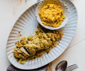 Lombinho com crosta de mostarda e coentros com puré de cenoura e batata-doce
