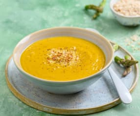 Sopa de zanahoria y espárragos con almendras