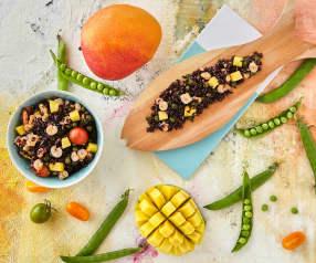 Insalata di riso nero con gamberi, pomodorini e mango