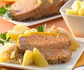 Hackfleischrolle mit Apfel-Sauerkraut und Kartoffeln