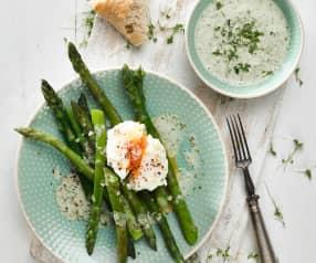 Chřest s pošírovaným vejcem a řeřichovým přelivem
