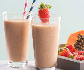 Smoothie de fresas, papaya, naranja y kiwi con requesón