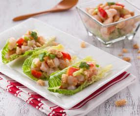 Krewetki z warzywami na liściach sałaty