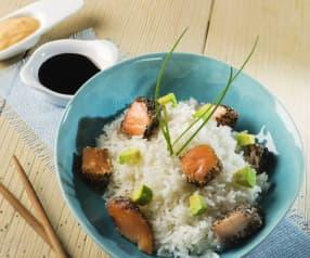 Bowl de arroz con salmón fresco