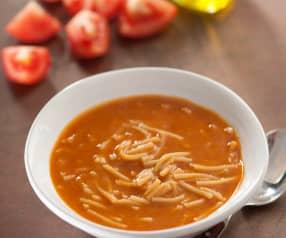 Sopa de tomate y fideos