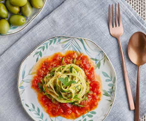 Spaghetti di zucchine con salsa alle olive e menta