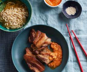 Poitrine de porc, nouilles ramen et sauce barbecue