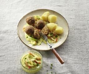 Seitan-Bällchen mit Kartoffeln und Peperoni-Curry-Sauce