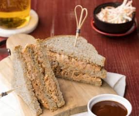 Club Sandwich con maiale, coleslaw e salsa barbecue