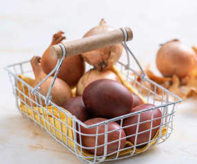 Gotowanie i farbowanie jajek na brązowo (łupinami cebuli)