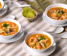 Sopa picante de coco y langostinos