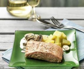 Lachs mit Champignon-Sahne-Sauce und Kartoffeln