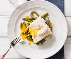Bacalao fresco con espárragos y huevos poché