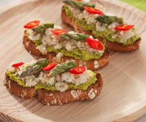 Tosta de pesto de espárragos y pistachos con ceviche de gambas