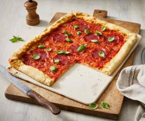 Salami-Pizza mit Käserand